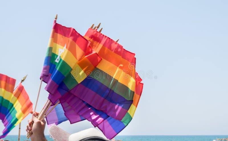 banderas del arco iris que agitan con David Star en venta en el desfile y el festival de orgullo gay anual en Tel Aviv foto de archivo