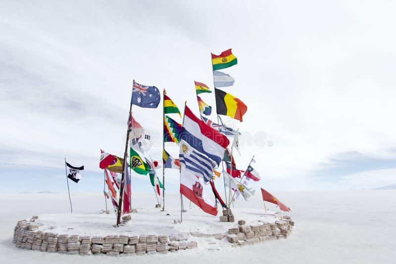 Banderas del mundo en Salar de Uyuni y x28; Sal Flat& x29; , Bolivia fotografía de archivo