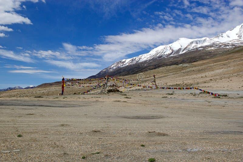 Banderas del rezo en el lago tso Moriri en Ladakh, la India imagenes de archivo