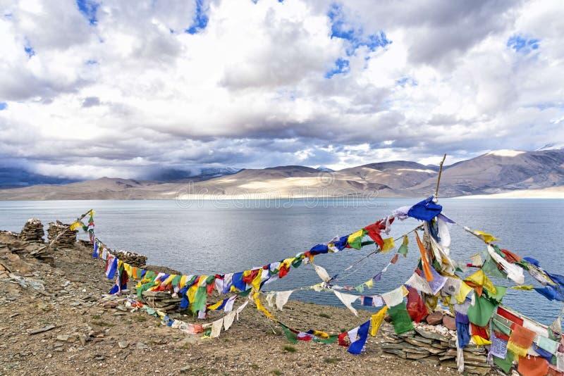 Banderas del rezo sobre el lago tso Moriri en Ladakh, la India fotos de archivo