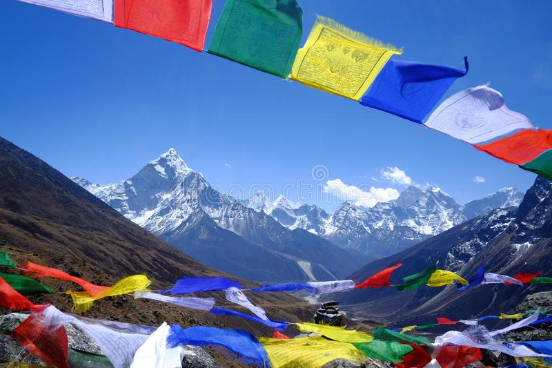 Banderas del rezo sobre el soporte Amadablam, imágenes de archivo libres de regalías