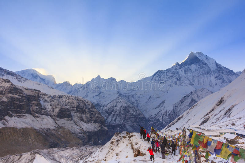 Banderas del rezo y montaña de la nieve de Annapurna de Himalaya, Nepal imágenes de archivo libres de regalías