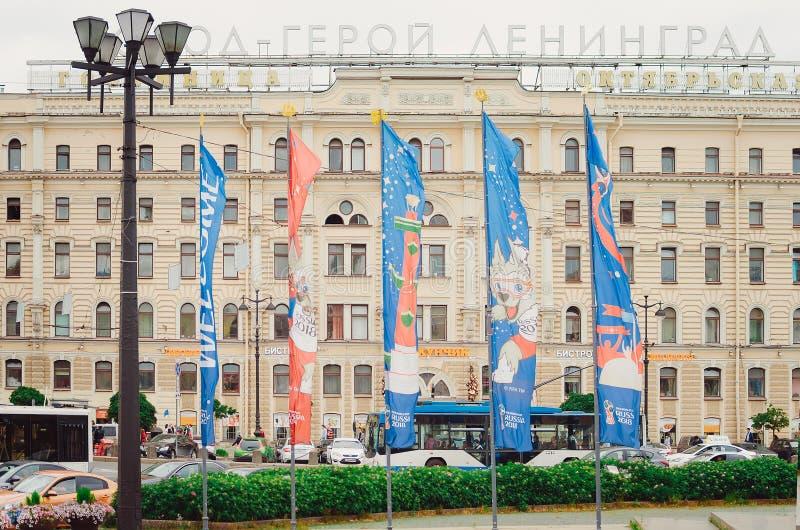Banderas en honor del campeonato del fútbol en 2018 en la calle de St Petersburg foto de archivo