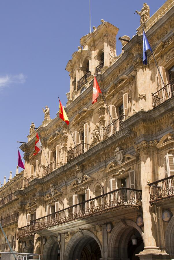 Banderas en la Plaza Mayor en Salamanca, España imagenes de archivo