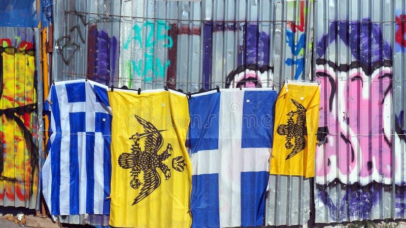 Banderas griegas, Plaka, Atenas, Grecia foto de archivo libre de regalías