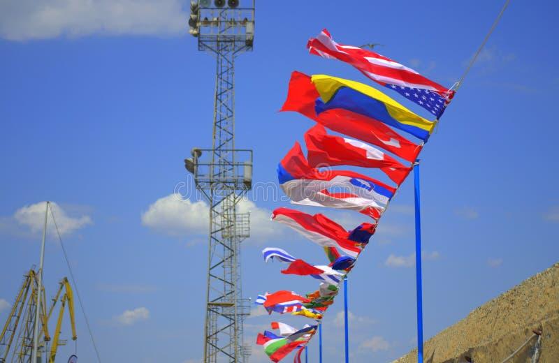 Banderas internacionales en el puerto fotografía de archivo libre de regalías