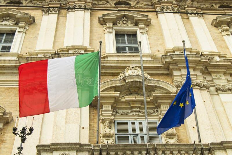 Banderas italianas y europeas en un balcón de la academia italiana del ejército fotos de archivo libres de regalías