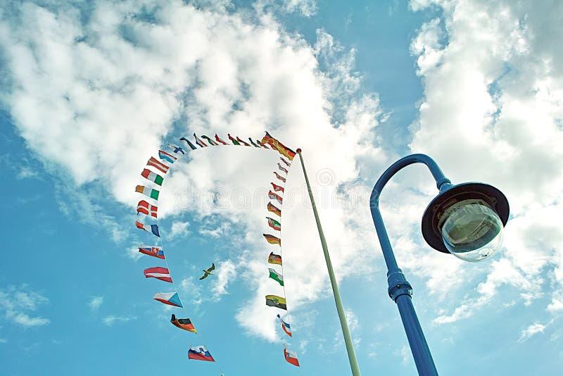 Banderas, lámpara, cielo foto de archivo