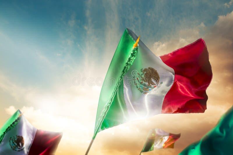 Banderas mexicanas contra un cielo brillante, Día de la Independencia, cinco de m foto de archivo