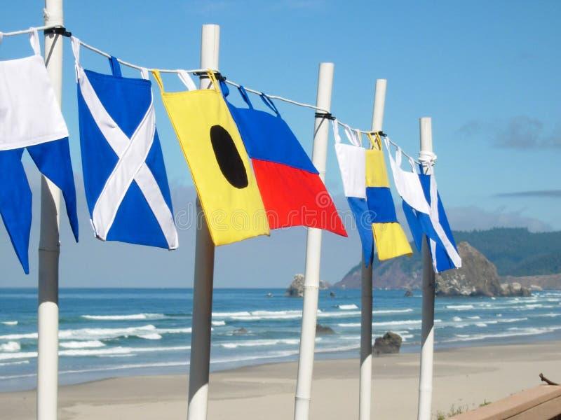 Banderas náuticas en la playa fotografía de archivo