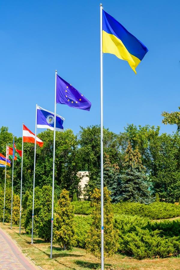 Banderas nacionales de los países diferentes en el parque de la ciudad de Myrhor imágenes de archivo libres de regalías
