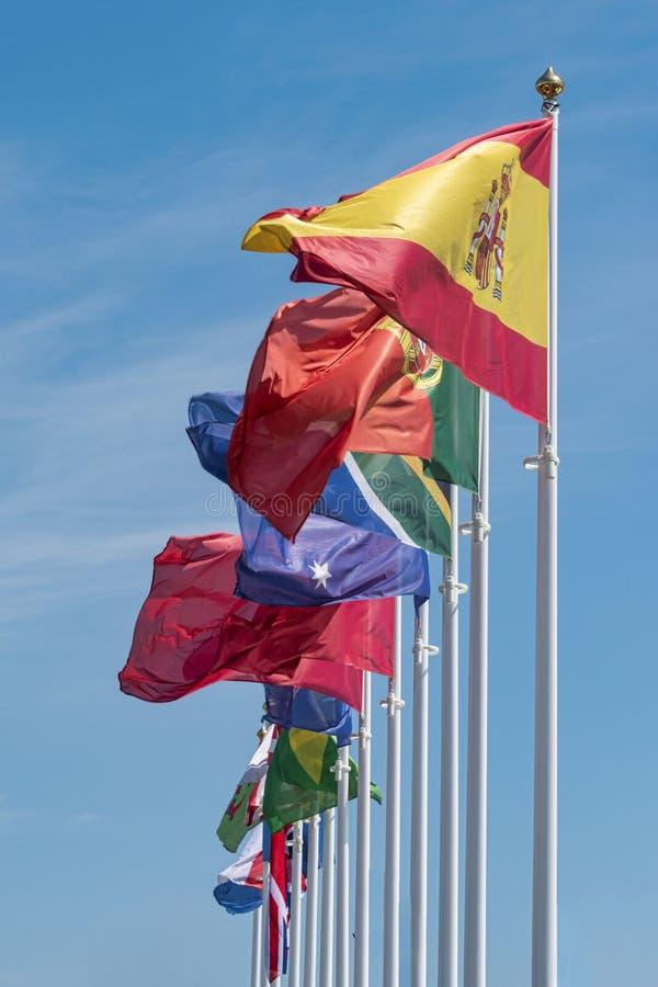 Banderas que agitan en la brisa, Reino Unido, Pa?s de Gales, el Brasil, Sur?frica, Australia fotos de archivo libres de regalías
