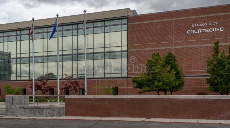 Banderas que vuelan en Carson City Courthouse fotografía de archivo