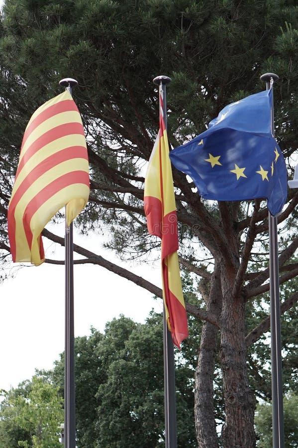 Banderas que vuelan en la región catalana de España imagen de archivo libre de regalías
