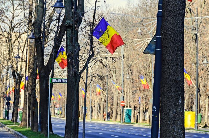 Banderas rumanas en el sol, día nacional de Rumania fotos de archivo