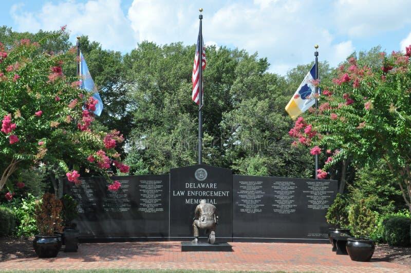 Banderas sobre el monumento de la aplicación de ley de Delaware foto de archivo