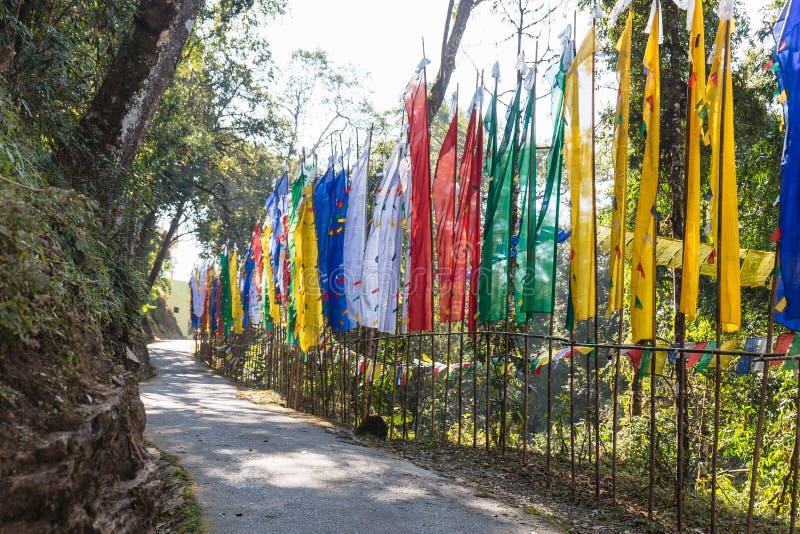 Banderas tibetanas coloridas a lo largo del lado al lado de la puerta de la entrada de Guru Rinpoche Temple en Namchi Sikkim, la  foto de archivo