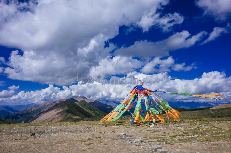 Banderas tibetanas del rezo contra las montañas y el paisaje de Qinghai, imagen de archivo