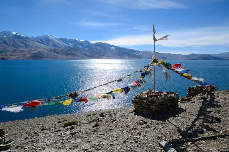 Banderas tibetanas del rezo en el lago imágenes de archivo libres de regalías