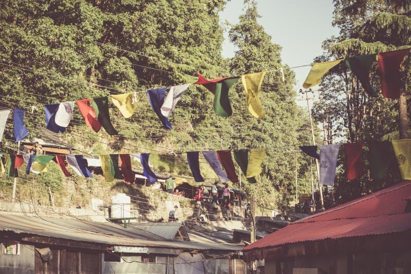 Banderas tibetanas santas del rezo con shlokas foto de archivo libre de regalías