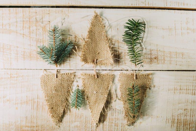 banderas y ramas decorativas del abeto Decoración del Año Nuevo imagen de archivo libre de regalías
