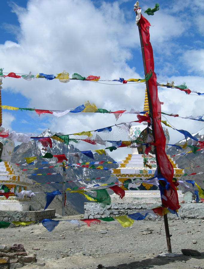 Banderas y stupas del rezo en el Himalaya, la India foto de archivo