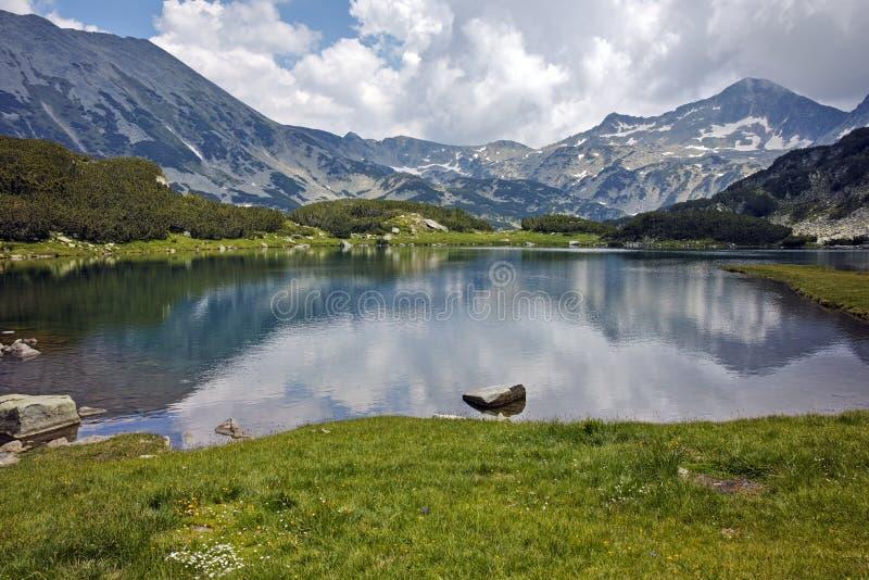 Banderishki chukar峰顶和反射全景在Muratovo湖, Pirin山 免版税库存图片