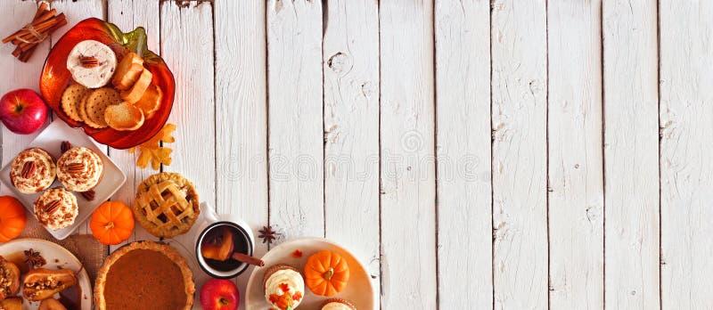 Banderoll för hörnkanter i höjdled på hösten, aptiserare och efterrätter Överkänslig vy över en vit träbakgrund med kopieringsutr royaltyfri bild