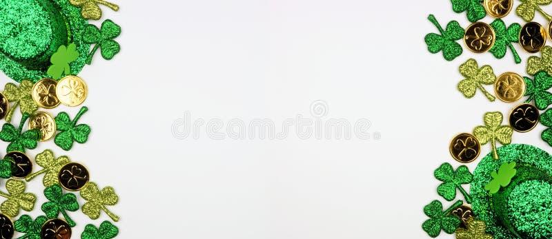 Banderoll på St Patricks Day med dubbelsidig kantlinje mot en vit bakgrund, toppvy med guldmynt, schampo och leprechaun-hattar arkivbilder