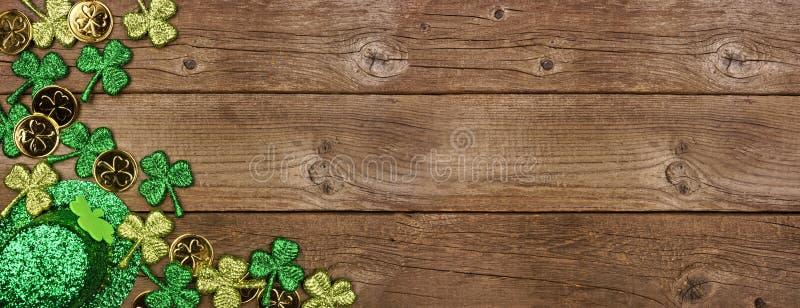 Banderoll på St Patricks Day med hörngräns för schamprockar, guldmynt och leprechaun-hatt, överblick på träbakgrunden, kopierings royaltyfria bilder