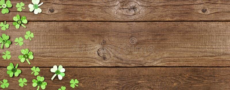Banderoll på St Patricks Day med hörnkant av handgjorda knappschack, övervy på en träbakgrund med kopieringsutrymme arkivfoto