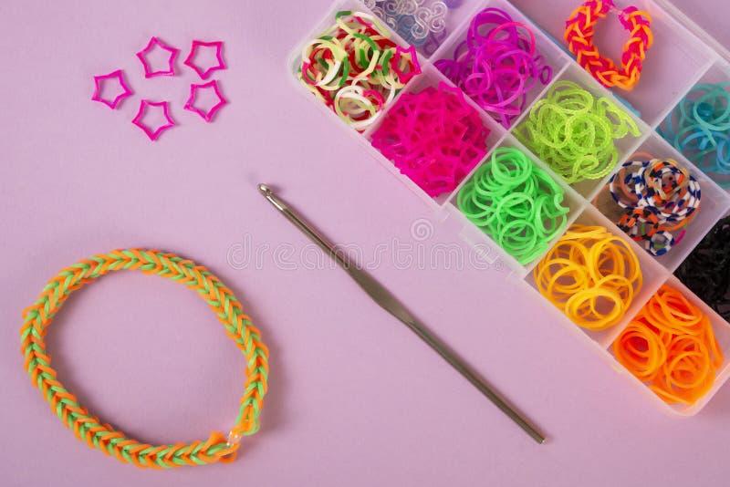 Bandes élastiques pour tisser sur un fond coloré image stock