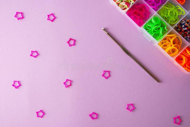 Bandes élastiques pour tisser sur un fond coloré photographie stock libre de droits