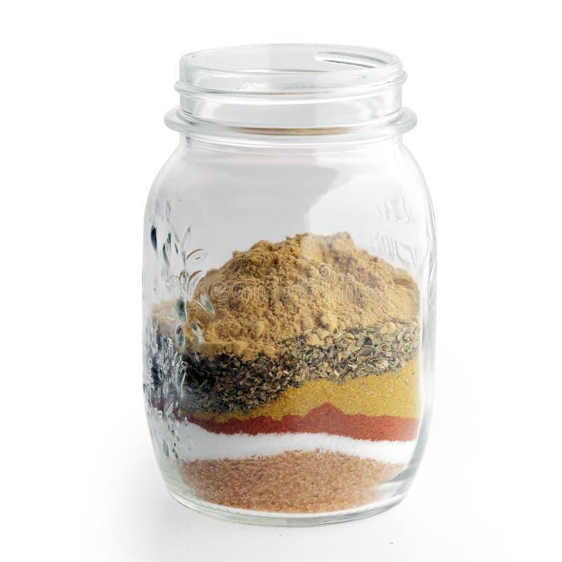 Bandes de frottement, mélanges d'épice, marinades, et saumures sur un pot photographie stock libre de droits