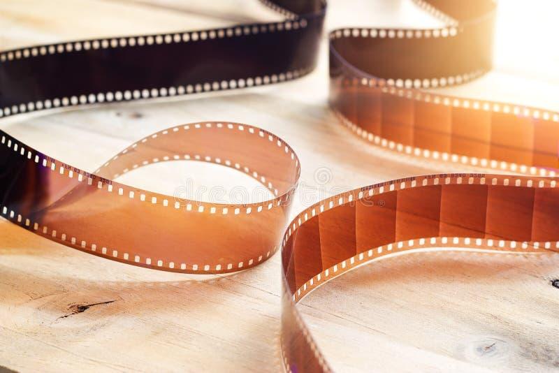 Bandes de pellicule cinématographique sur le fond en bois images libres de droits