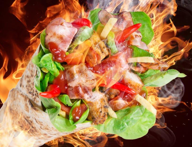 Bandes de poulet dans des enveloppes de tortilla photo libre de droits