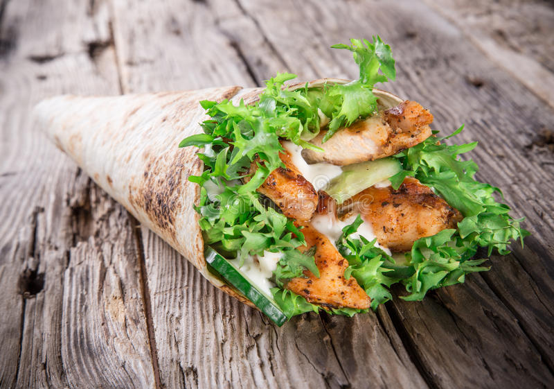 Bandes de poulet dans l'enveloppe de tortilla image stock