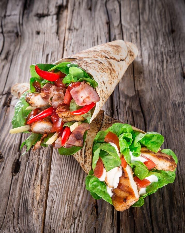 Bandes de poulet dans l'enveloppe de tortilla image libre de droits
