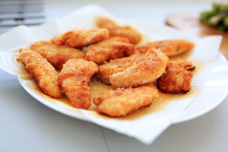 Bandes de poulet frit séchant sur le papier image libre de droits