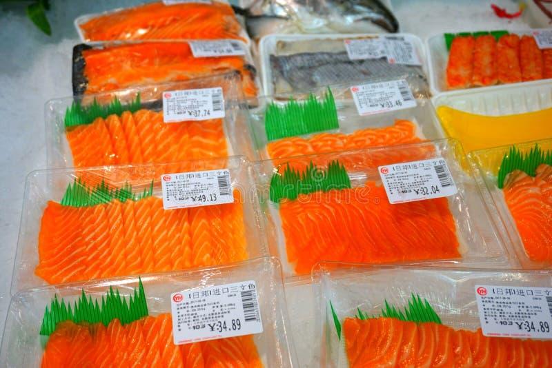 Bandes de sashimi/saumons dans le supermarché chinois photographie stock