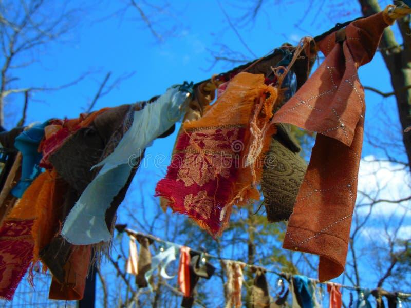 Bandes de tissu contre un ciel photographie stock