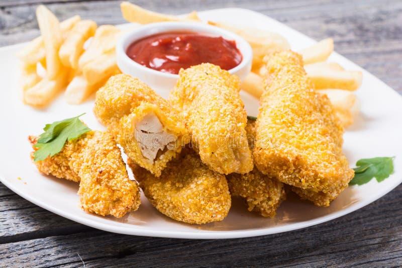Bandes et pommes frites de poulet images libres de droits
