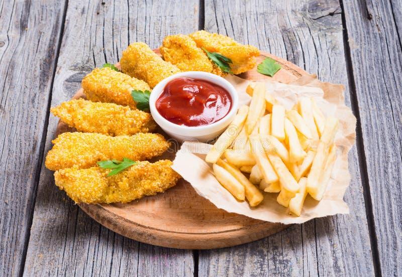 Bandes et pommes frites de poulet image libre de droits