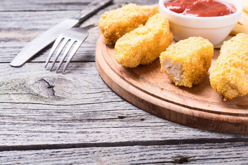 Bandes et pommes frites de poulet photographie stock libre de droits