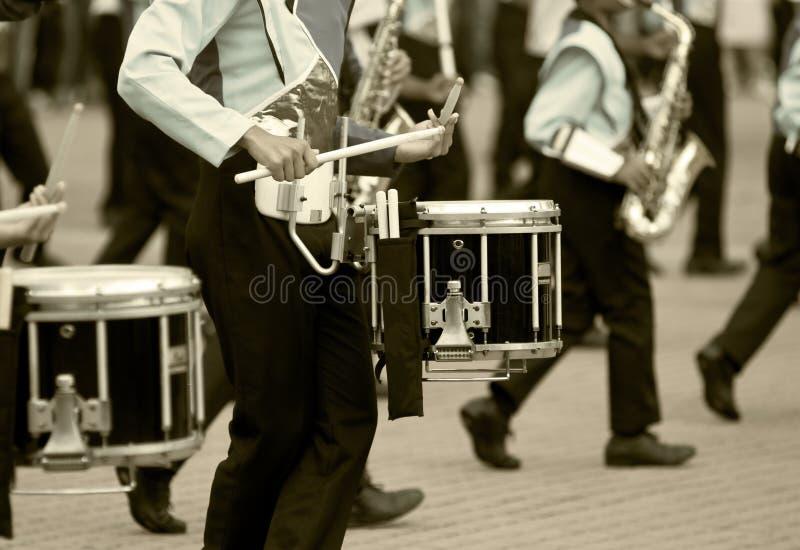bandet drums marsch royaltyfri fotografi