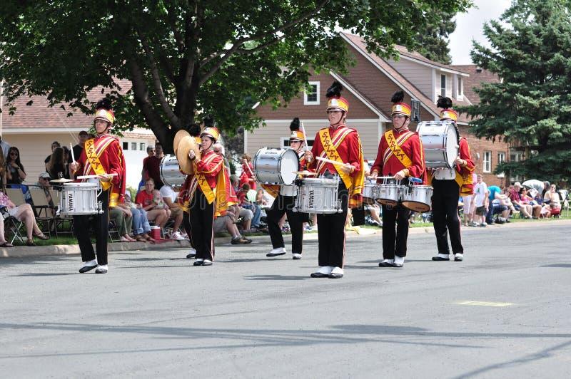 bandet som den höga marschen ståtar, utför skolan arkivbilder