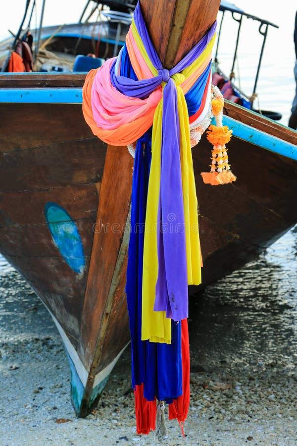 Bandgirlande auf einem Boot des langen Schwanzes auf einem Strand von Ko Phi Phi Don, Phi Phi Islands, Thailand stockfotos