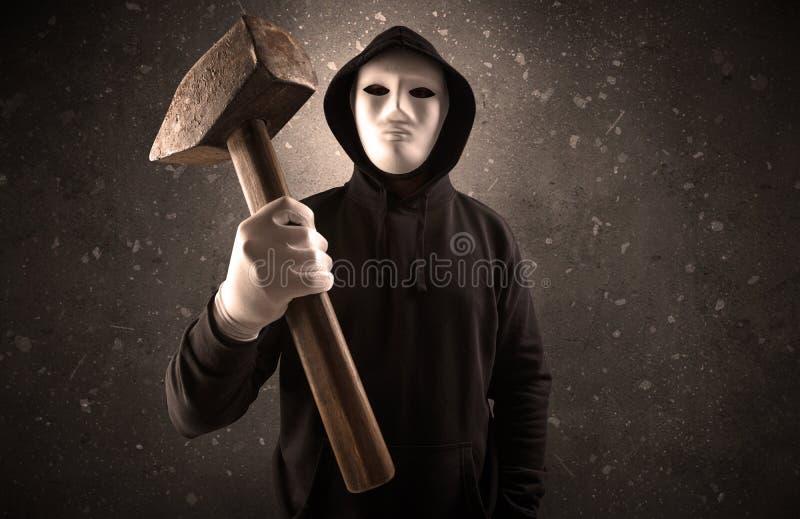 Bandido armado em uma sala escura vazia imagem de stock