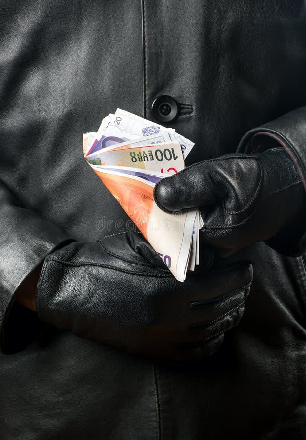 Bandido com dinheiro nas mãos imagens de stock royalty free