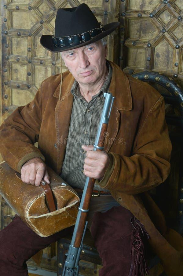 Bandido de sexo masculino mayor con el arma fotografía de archivo